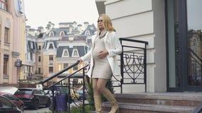Moderne denkende onderneemster die zorgvuldig, stedelijk moederschap beneden gaan stock video