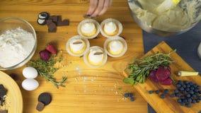 Moderne desserts en cakes in de rustieke stijl Cupcakes met room het vullen Banketbakkerij in het venster professioneel stock videobeelden
