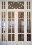 Moderne deur in woonkamer Stock Afbeelding