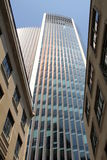 Moderne die architectuur met uitstekende gebouwen tegenover elkaar wordt gesteld Royalty-vrije Stock Foto's