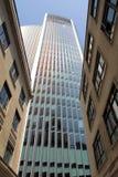 Moderne die architectuur met uitstekende gebouwen tegenover elkaar wordt gesteld Royalty-vrije Stock Afbeeldingen