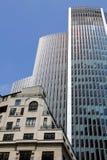 Moderne die architectuur met uitstekende gebouwen tegenover elkaar wordt gesteld Royalty-vrije Stock Afbeelding