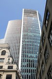 Moderne die architectuur met uitstekende gebouwen tegenover elkaar wordt gesteld Royalty-vrije Stock Fotografie