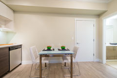 Moderne die eetkamerlijst voor diner wordt geplaatst stock afbeelding