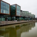 Moderne die gebouwen in water bij Lindholmen- science park Gothenburg worden weerspiegeld, Zweden stock foto's