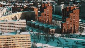 Moderne die het gebied van de stadsslaapzaal het leven huizen in sneeuw op zonnige de winterdag worden behandeld stock videobeelden