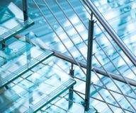 Moderne die staaltraliewerk en treden van glas wordt gemaakt Royalty-vrije Stock Foto's