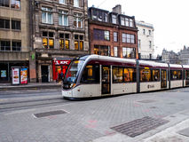 Moderne die tram in de oude stad van Edinburgh wordt onderhouden Royalty-vrije Stock Afbeeldingen