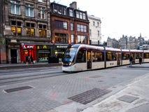 Moderne die tram in de oude stad van Edinburgh wordt onderhouden Stock Afbeelding