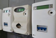 Moderne digitale elektrische meters op de muur De mening van de close-up stock afbeeldingen