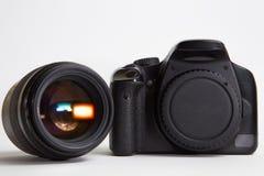 Moderne digitale Fotokamera mit 85 Millimeter-Fotolinse Stockfotografie