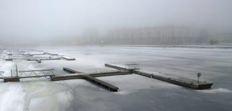 Moderne Docks auf dem Fluss Stockbild