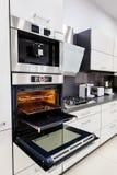 Moderne douane hallo -hallo-tek keuken, oven met open deur royalty-vrije stock foto's