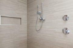 Moderne douche in badkamers Stock Afbeeldingen