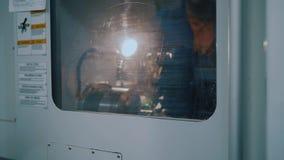 Moderne Drehbank mit CNC und Werkstück und transparente Fenster zur Steuerung stock footage