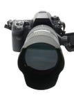Moderne DSLR Kamera mit dem Objektiv angebracht lizenzfreie stockbilder
