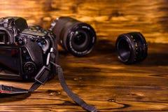 Moderne dslr Kamera und Linsen auf Holztisch stockfoto