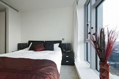 Moderne dubbele slaapkamer royalty-vrije stock afbeelding