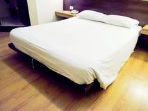 Moderne dubbele slaapkamer met het bed van de koningsgrootte stock foto