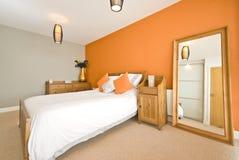 Moderne dubbele slaapkamer met stevig houten meubilair Royalty-vrije Stock Afbeelding