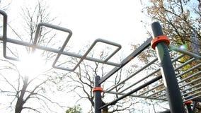 Moderne dwarsbalk voor sporten en atletiek en training in dorp in openlucht stock videobeelden