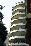 Moderne Ecologic-Wolkenkrabbers met veel Groene Installaties op Elk Balkon stock foto