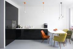 Moderne eetkamer en keuken Stock Foto