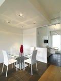 Moderne eetkamer met tegelvloer die aan hout wordt gemengd Royalty-vrije Stock Foto