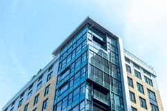 Moderne Eigentumswohnungsgebäude mit enormen Fenstern in Montreal im Stadtzentrum gelegen stockfotografie
