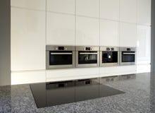 Moderne eingebaute Küche im Weiß Stockfotos