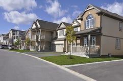 Moderne einzelne Wohnung-Häuser auf ruhiger Straße Lizenzfreies Stockfoto
