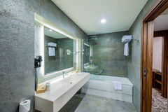 elegantes modernes badezimmer lizenzfreie stockfotos - bild: 21918128, Hause ideen