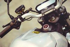 Moderne elektrische fiets Op de foto de starter en de controles, moderne technologieën en milieubescherming stock afbeeldingen