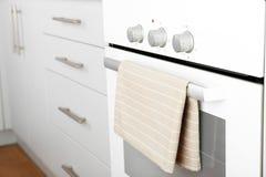 Moderne elektrische oven met handdoek royalty-vrije stock afbeeldingen