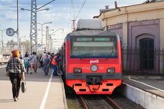 Moderne elektrische trein die in de voorsteden zich bij de post bevinden Royalty-vrije Stock Foto