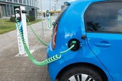 Moderne Elektroautoaufladung Stockfotografie
