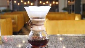 Moderne en alternatieve manieren van koffie het maken Sluit omhoog van een barista makend hand gebrouwen koffie Het toevoegen gri stock video