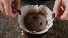 Moderne en alternatieve manieren van koffie het maken Sluit omhoog van een barista makend hand gebrouwen koffie Het toevoegen gri stock footage