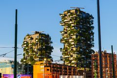 Moderne en ecologic wolkenkrabbers met bomen op elk balkon Bosco Verticale, Milaan, Italië 05 05.2017 Stock Foto's