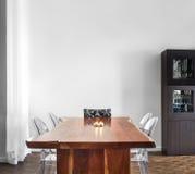 Moderne en Eigentijdse eetkamerlijst en decoratie. Royalty-vrije Stock Foto's