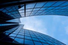 Moderne en onrealistische wolkenkrabber met vele vensters en bezinning Stock Foto