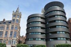 Moderne en oude architectuur, Antwerpen stock afbeelding