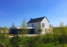 Moderne energie - het huis van besparingseco in Polen Royalty-vrije Stock Foto