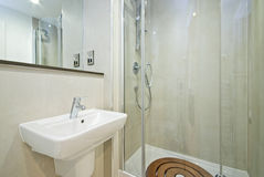 Moderne Engelse reeksbadkamers Stock Afbeelding