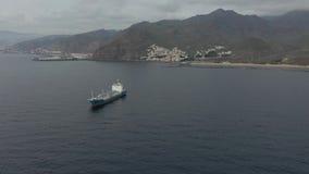 Moderne enorme Tankersegel der oberen Ansicht gegen Berge stock video footage