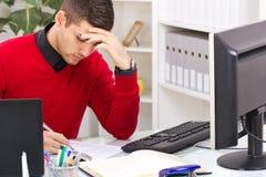 Moderne erfolgreiche Geschäftsleute im Büro Lizenzfreie Stockfotografie
