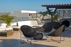 Moderne errichtende Dachspitzenterrasse mit stilvollen Stühlen lizenzfreie stockfotografie