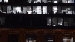 Moderne errichtende Fassade an der Dämmerung stock video