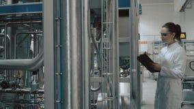 Moderne fabrieksarbeider stock videobeelden