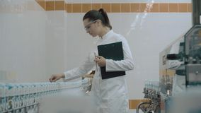 Moderne fabrieksarbeider stock video